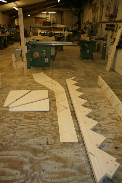 IMG 1239.4 - Solid Pine String-Overhang Staircase - Stringers, Kite-Treads and Newels ready for assembly;